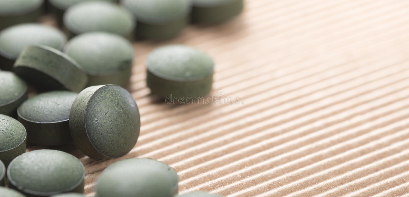 Algas verdes azules Detalle de las tabletas artesanales de Spirulina sobre nacional imagen de archivo