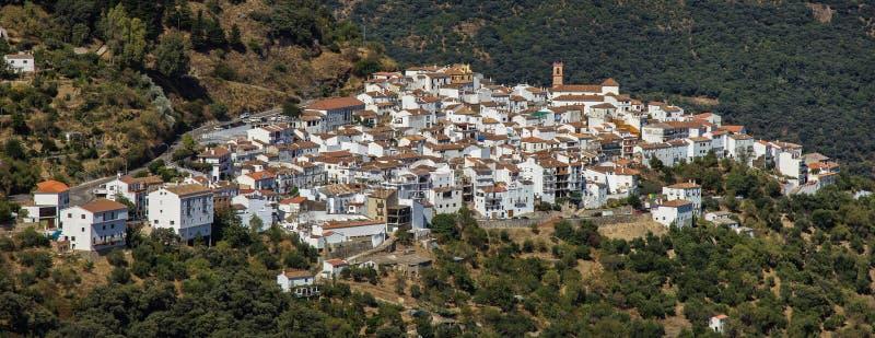 Algatocin vit bypanoramautsikt, Andalusia, Spanien royaltyfri foto