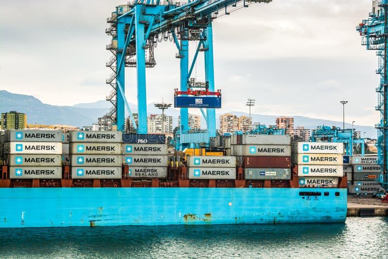 Algeciras Spanien - Oktober 22, 2013 Industriell del av port med kranar royaltyfria bilder
