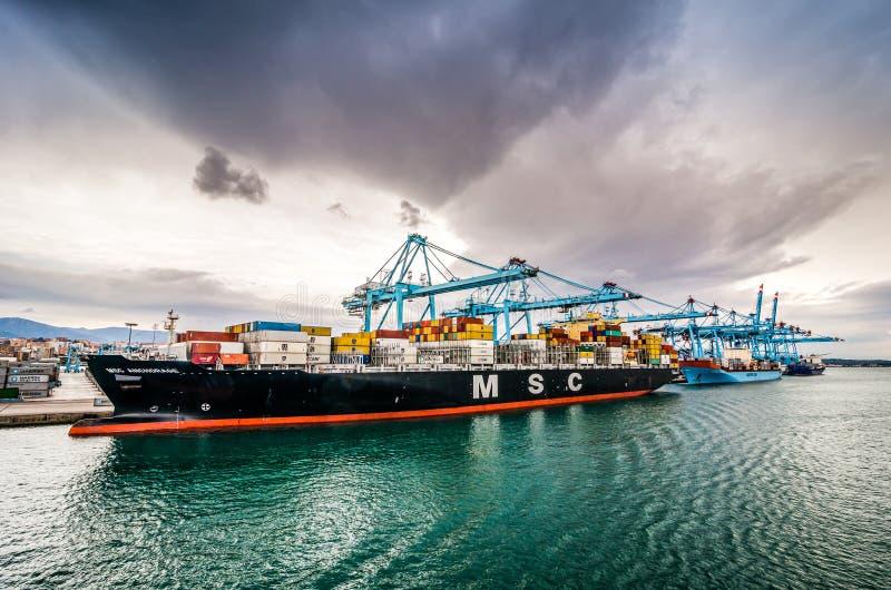 Algeciras Spanien - Oktober 22, 2013 Industriell del av port med kranar royaltyfri fotografi