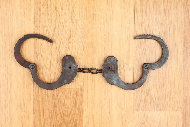 Algemas abertas que encontram-se no assoalho de madeira foto de stock royalty free