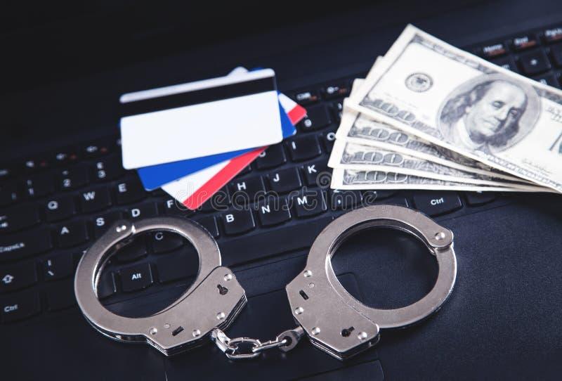 Algemas, dinheiro, cartões de crédito no teclado de computador Conceito do crime do Cyber e da fraude em linha imagem de stock royalty free