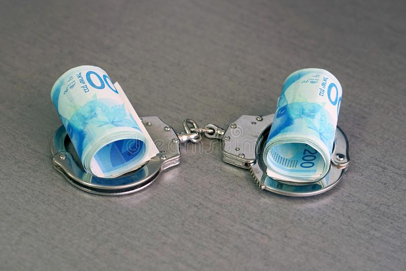 Algemas sobre e dinheiro torcido fotografia de stock