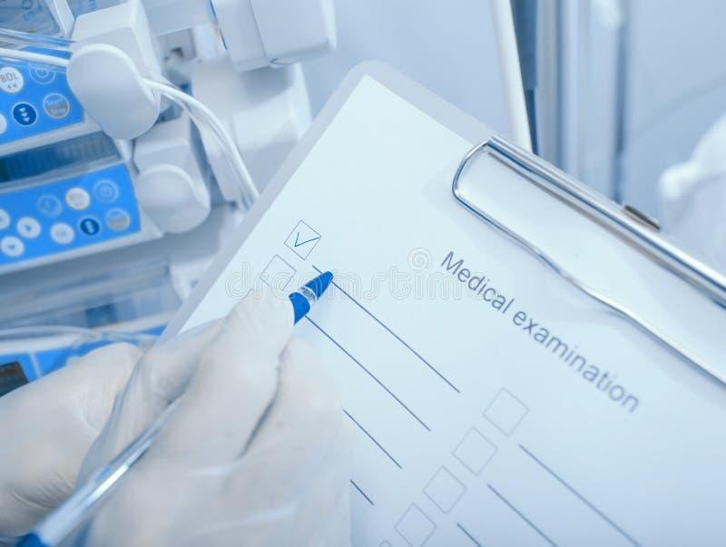 Algemeen medisch onderzoek Arts met een controlelijst op klembord stock foto