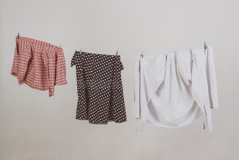 Algemeen of regelmatig maak schoon de kleren drogen op kabel huishouden dagelijkse plichten Commercieel het schoonmaken bedrijfco stock afbeeldingen