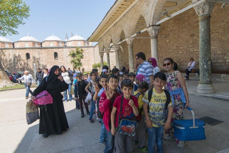 Algemeen schot van studenten die Topkapi-museum bezoeken stock fotografie