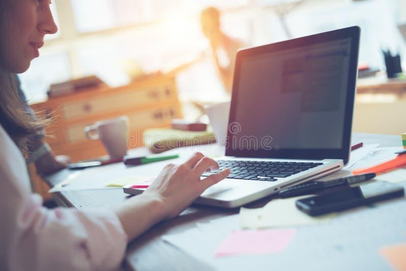 Algemene dag in bureau Laptop en administratie Vrouwenmanager die met project op laptop werken royalty-vrije stock foto's