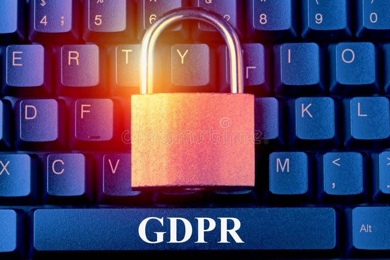Algemene Gegevensbeschermingverordening GDPR - Hangslot aangaande computertoetsenbord Internet-de informatiebeveiligingsconcept v royalty-vrije stock foto's