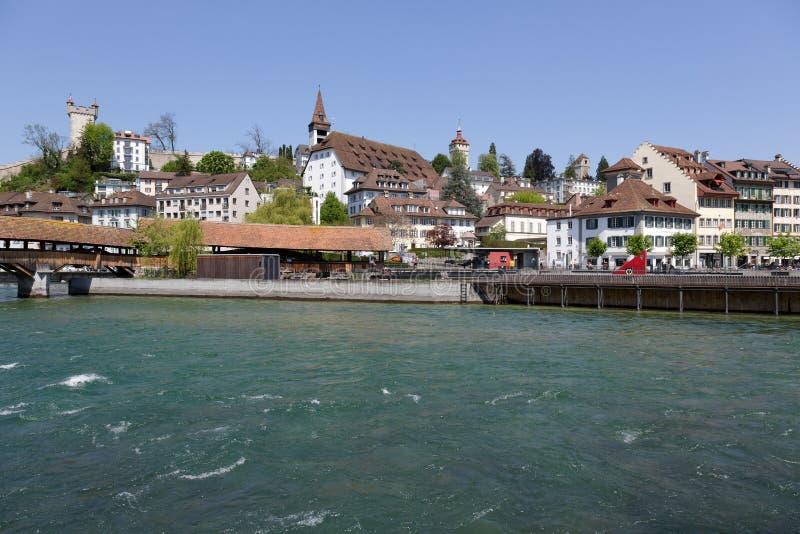 Algemene mening naar stad neer door de rivier Reuss stock foto's