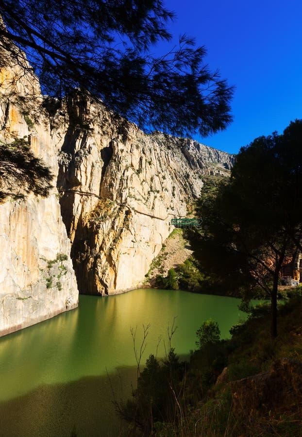 Algemene mening van Caminito del Rey met Spoorwegbrug stock afbeeldingen