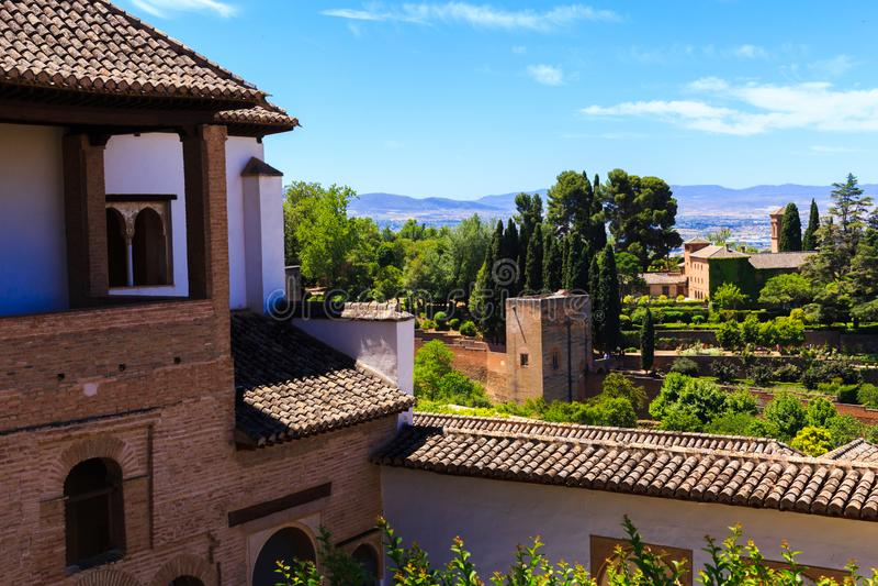 Algemene mening van de Generalife-binnenplaats, met zijn beroemde fontein en tuin Complex Alhambra de Granada, Spanje stock foto's