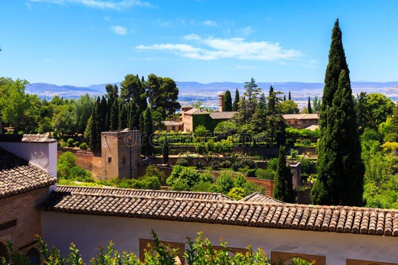 Algemene mening van de Generalife-binnenplaats, met zijn beroemde fontein en tuin Complex Alhambra de Granada, Spanje stock afbeelding