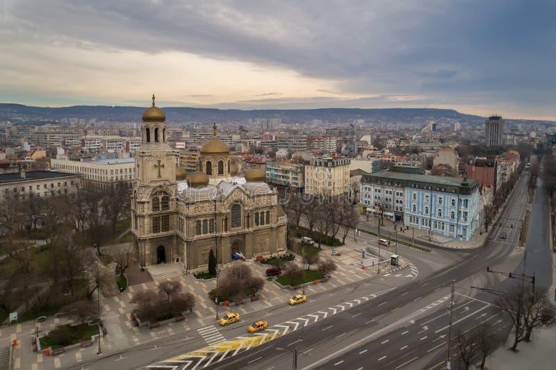 Algemene mening van het centrum van Varna, de overzeese hoofdstad van Bulgarije Byzantijnse stijlkerk met gouden koepels royalty-vrije stock afbeeldingen