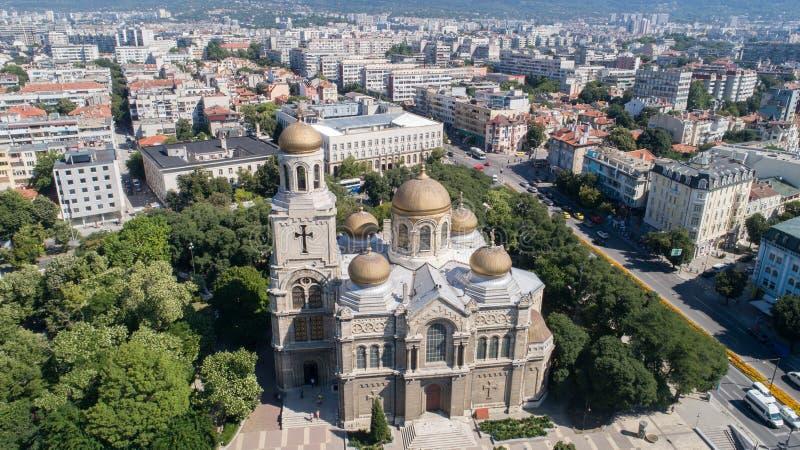 Algemene mening van het centrum van Varna, de overzeese hoofdstad van Bulgarije De Kathedraal van de veronderstelling De byzantij royalty-vrije stock afbeeldingen