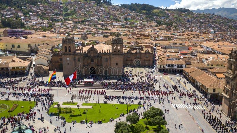 Algemene mening van het hoofdplein van Cusco met parade en menigte stock afbeelding