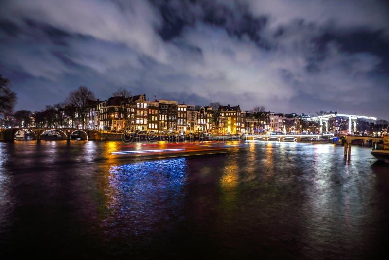 Algemene mening van mooie de stadskanalen van nachtamsterdam stock fotografie