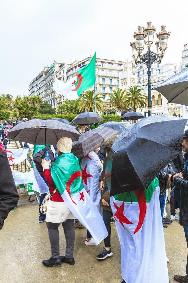 Algerijnen die tegen voorzittersBouteflika regime vertonen in Algiers, Algerije royalty-vrije stock fotografie