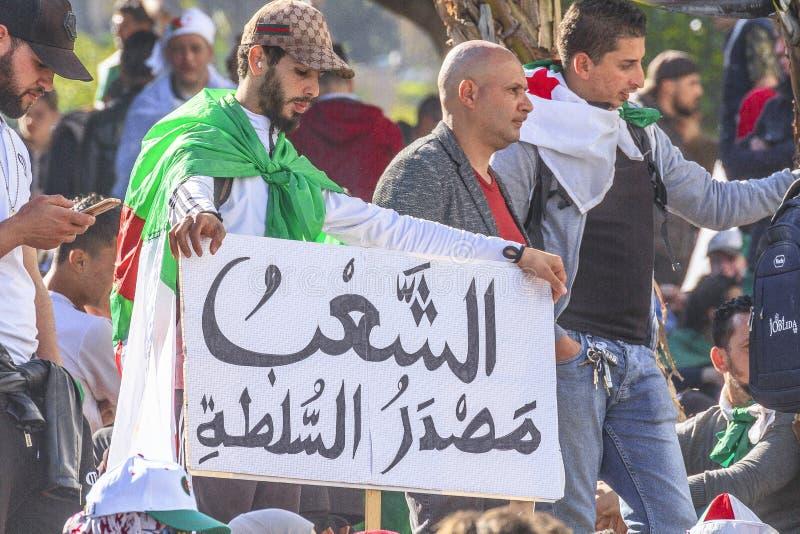 Algerinos que manifiestan contra presidente temporal Bensalah en Argel, Argelia fotografía de archivo libre de regalías