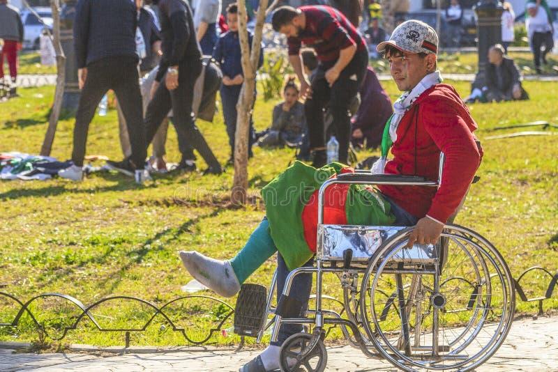 Algerinos que manifiestan contra presidente temporal Bensalah en Argel, Argelia imagen de archivo