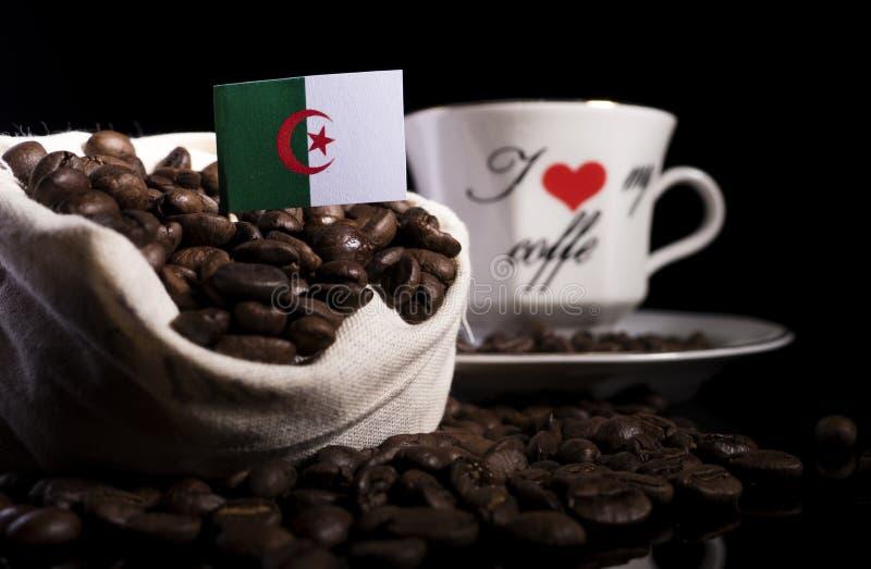 Download Algerische Flagge In Einer Tasche Mit Den Kaffeebohnen Lokalisiert Auf Schwarzem Stockbild - Bild von beutel, getränk: 96931367