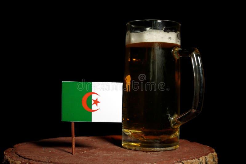 Download Algerische Flagge Mit Dem Bierkrug Lokalisiert Auf Schwarzem Stockbild - Bild von schaumig, alcohol: 96931231