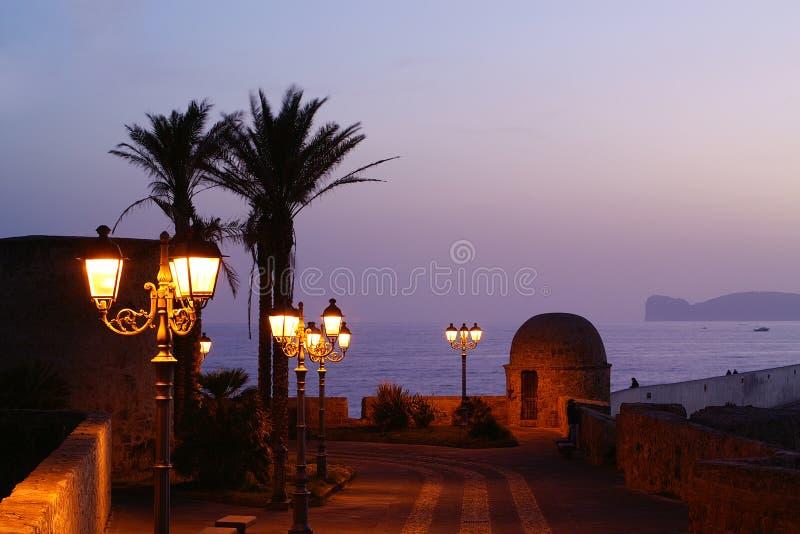 Alghero dans la nuit. images stock