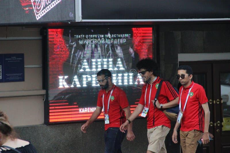 Algierscy fan piłki nożnej na tle plakat muzykalny Anna Karenina w Moskwa fotografia royalty free