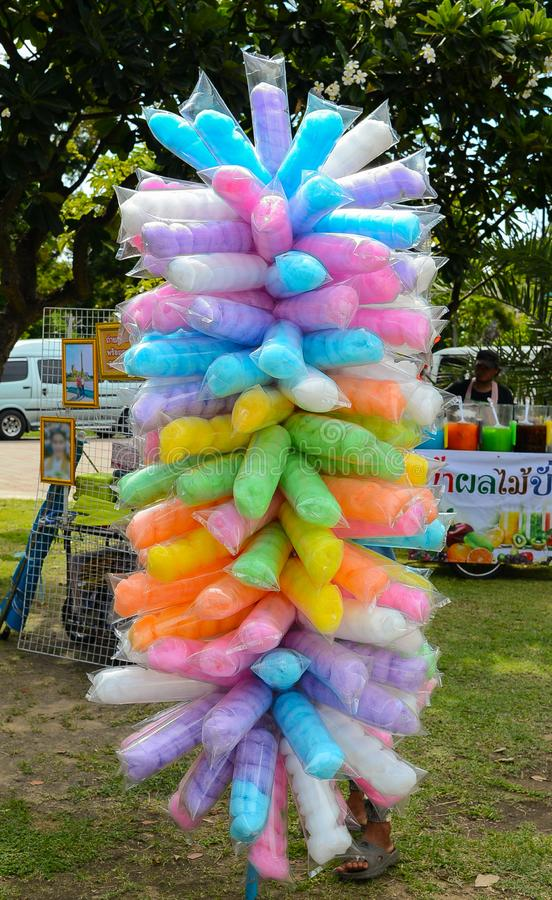Algodão doce colorido embalado em uns sacos de plástico fotos de stock