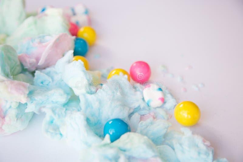 Algodão doce e gumballs macios fotos de stock