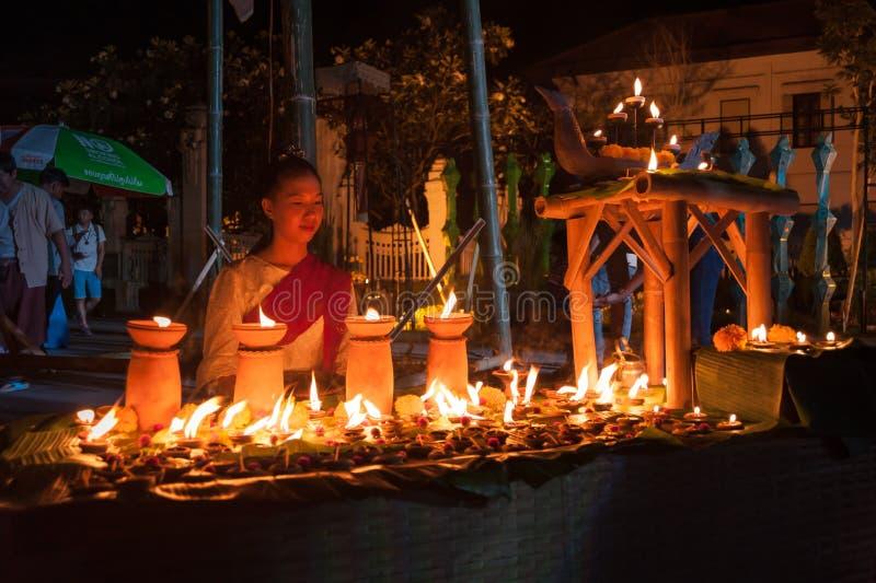 Algodón tradicional tailandés hermoso del desgaste de mujer tejido imagen de archivo