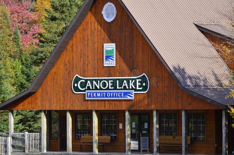 Algonquin γραφείο αδειών πάρκων στη λίμνη κανό το φθινόπωρο στοκ φωτογραφία με δικαίωμα ελεύθερης χρήσης
