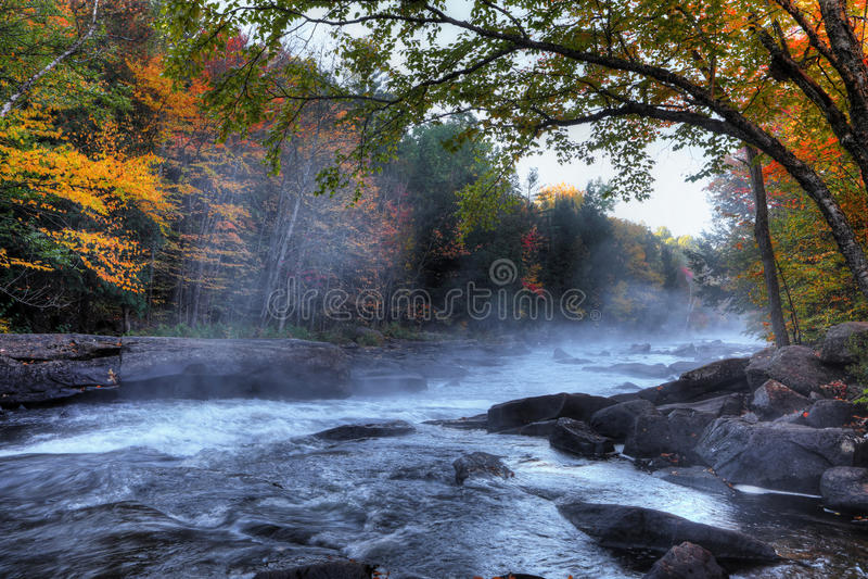 Algonquin ορμητικά σημεία ποταμού ποταμών στα όμορφα χρώματα πτώσης στοκ φωτογραφία με δικαίωμα ελεύθερης χρήσης