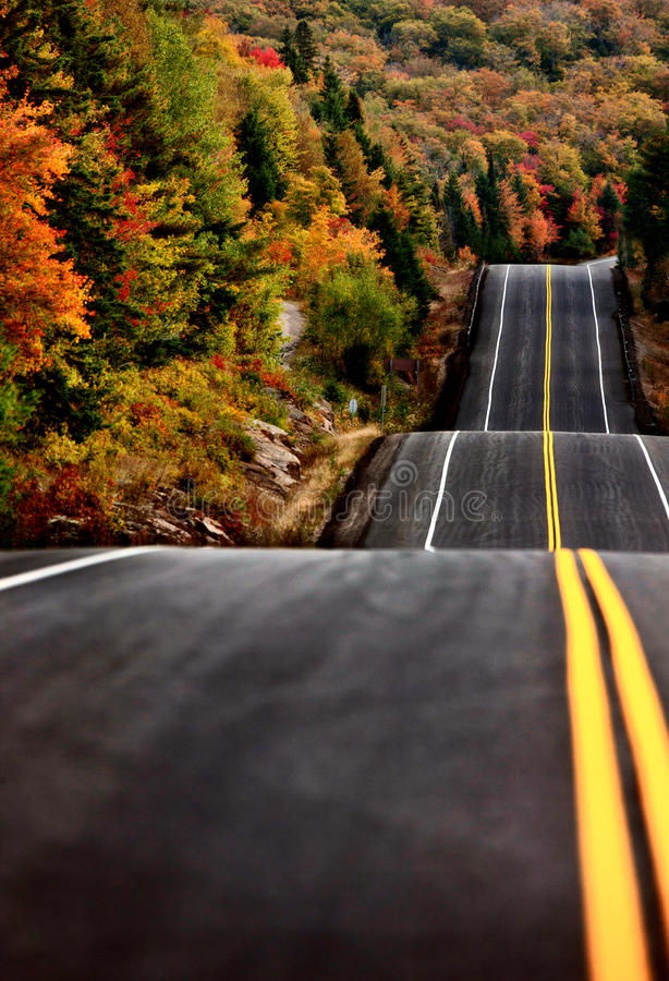 Algonquin parkerar den Muskoka Ontario vägen arkivbild