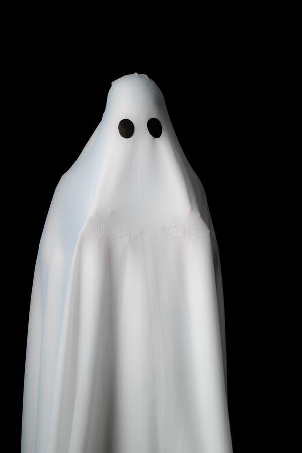 Alguém coberto com o pano branco com olhos roxos grandes em vagabundos pretos foto de stock