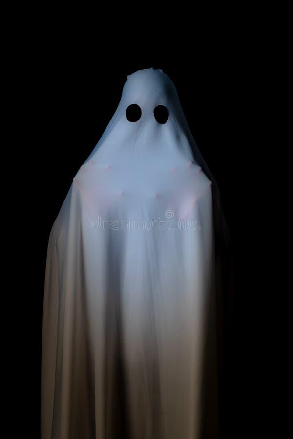 Alguém coberto com o pano branco com olhos roxos grandes em vagabundos pretos imagens de stock royalty free