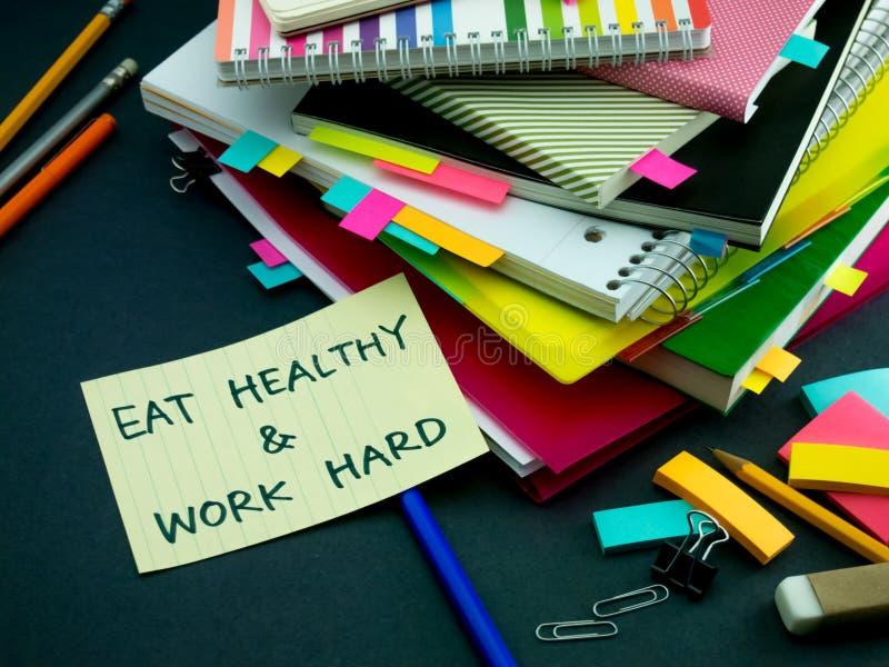Alguém deixou a mensagem em sua mesa de trabalho; Coma saudável e fotos de stock royalty free