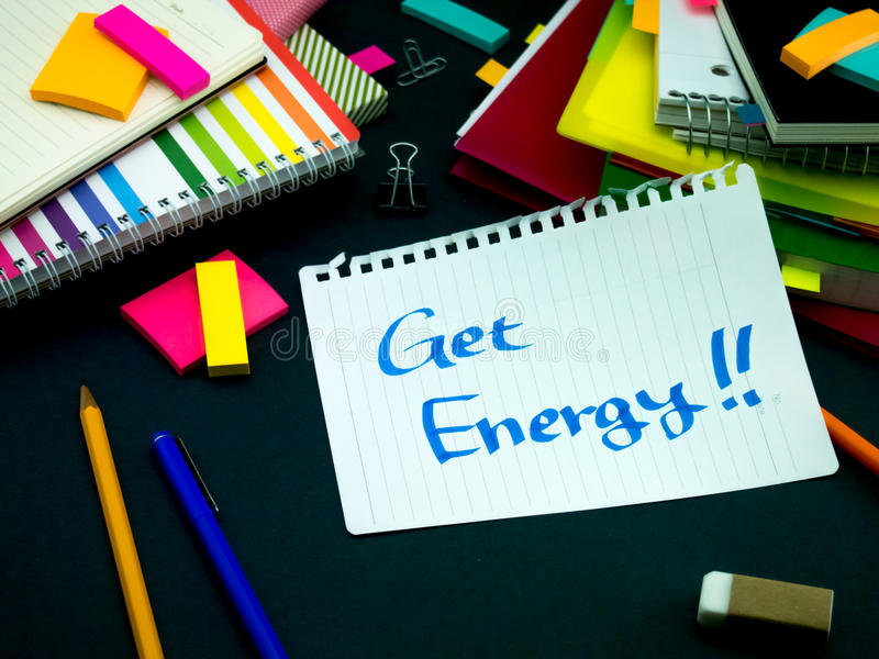 Alguém deixou a mensagem em sua mesa de trabalho; Obtenha a energia fotografia de stock royalty free