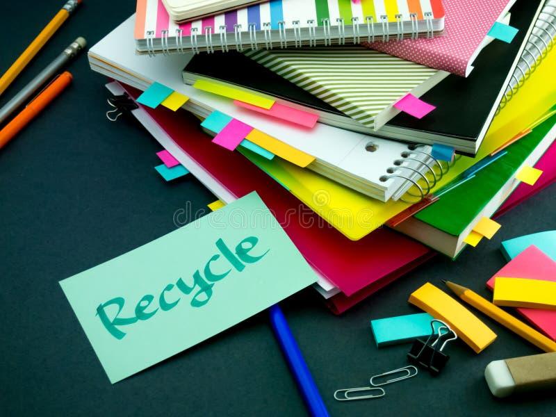 Alguém deixou a mensagem em sua mesa de trabalho; Recicle fotos de stock royalty free