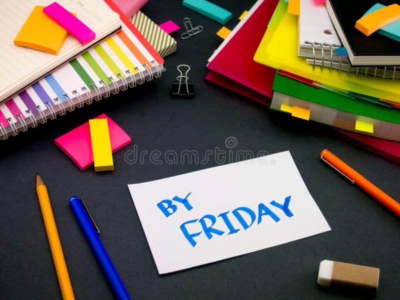 Alguém deixou a mensagem em sua mesa de trabalho; Em sexta-feira imagem de stock
