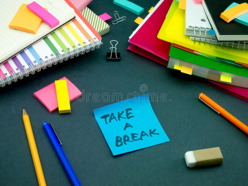 Alguém deixou a mensagem em sua mesa de trabalho; Tome uma ruptura foto de stock royalty free