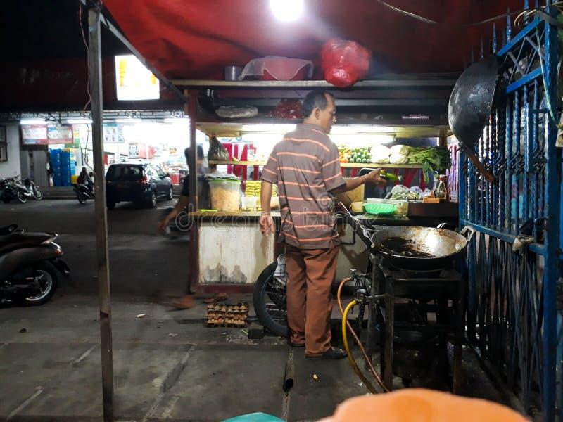 Alguém está cozinhando o arroz fritado arroz fritado um das melhores refeições urbanas em Indonésia imagens de stock