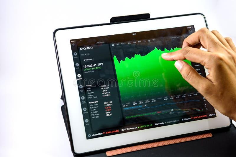 Alguém verifica o gráfico do mercado fotos de stock royalty free
