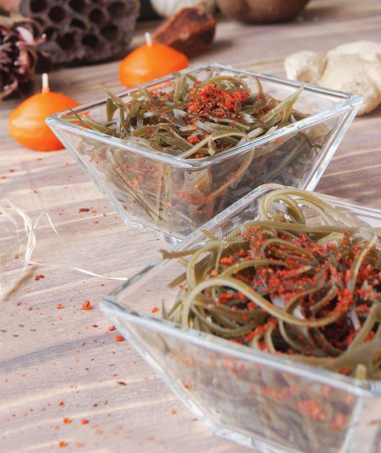 Algue et baguettes, sur une table en bois ouverte photo libre de droits