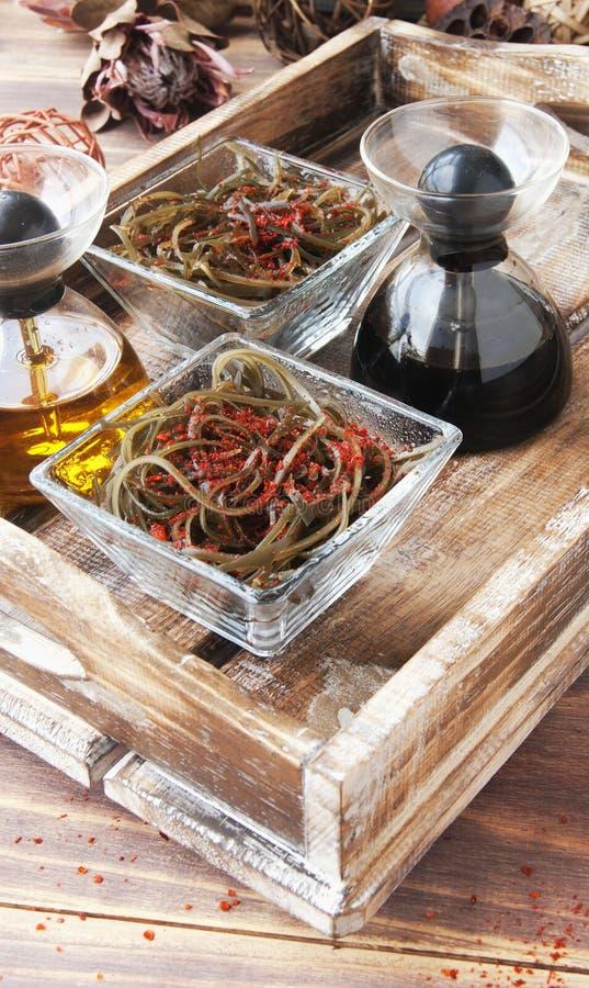 Algue et baguettes, sur une table en bois ouverte photos libres de droits