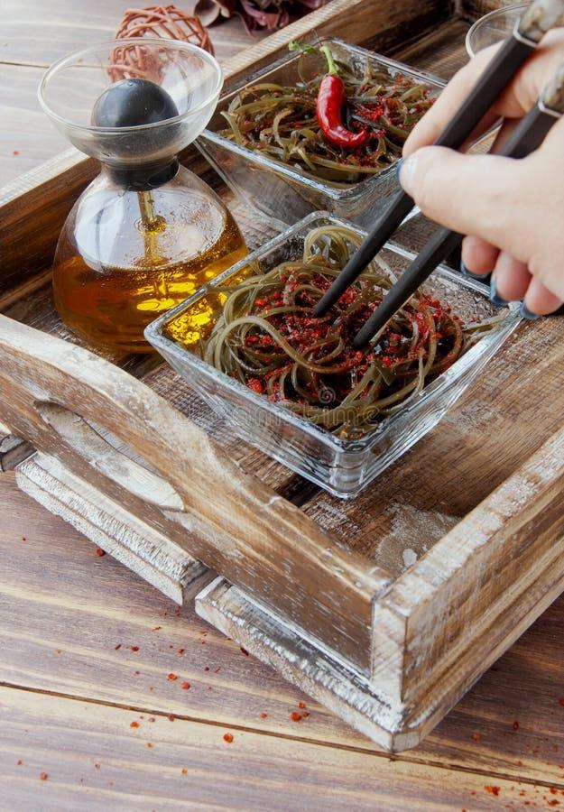 Algue et baguettes, sur une table en bois ouverte images stock