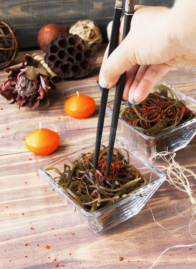 Algue et baguettes, sur une table en bois ouverte photographie stock libre de droits