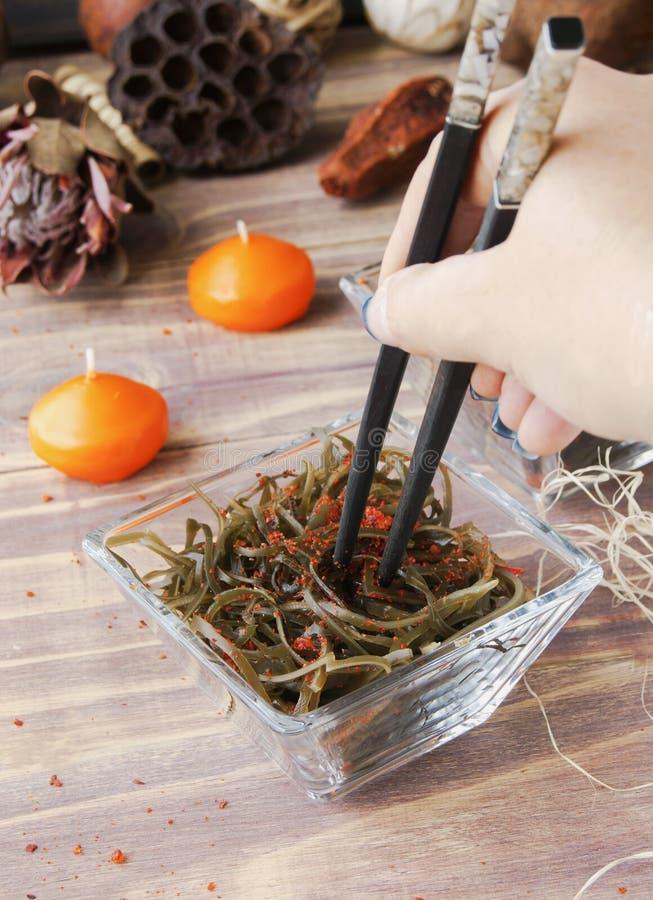 Algue et baguettes, sur une table en bois ouverte photo stock