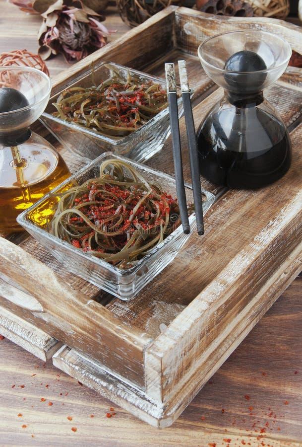 Algue et baguettes, sur une table en bois ouverte image libre de droits