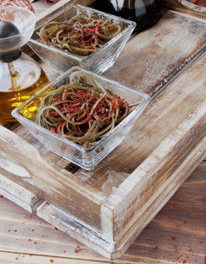 Algue et baguettes, sur une table en bois ouverte photographie stock
