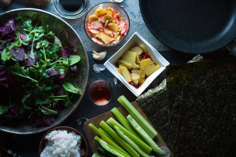 Algue, riz et légumes pour des sushi Cuisine asiatique photographie stock